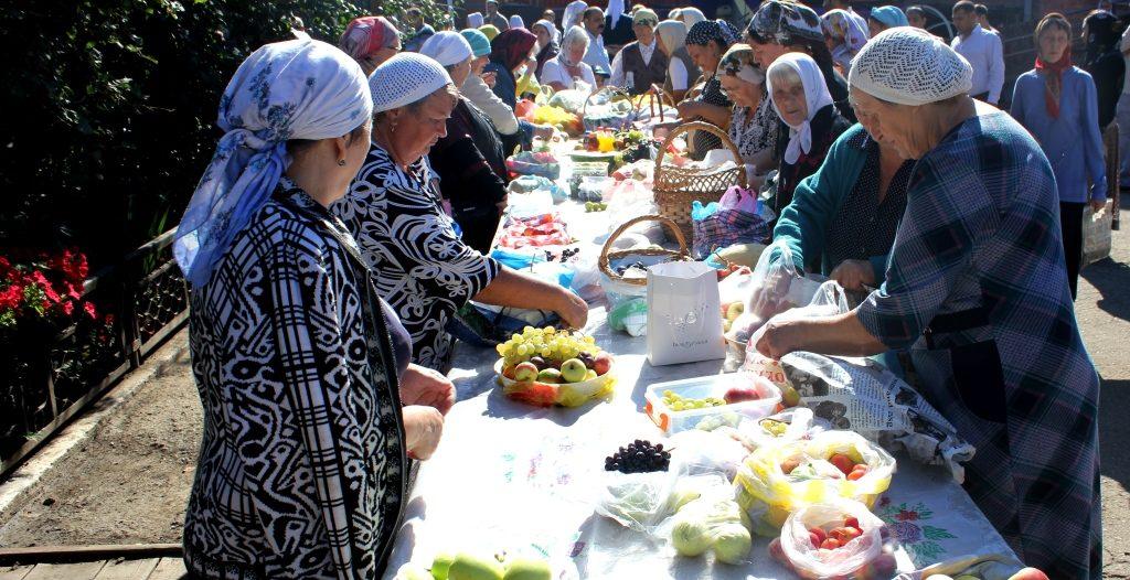 Подготовка к освящению нового урожая фруктов. Прихожане православного храма Архистратига Михаила