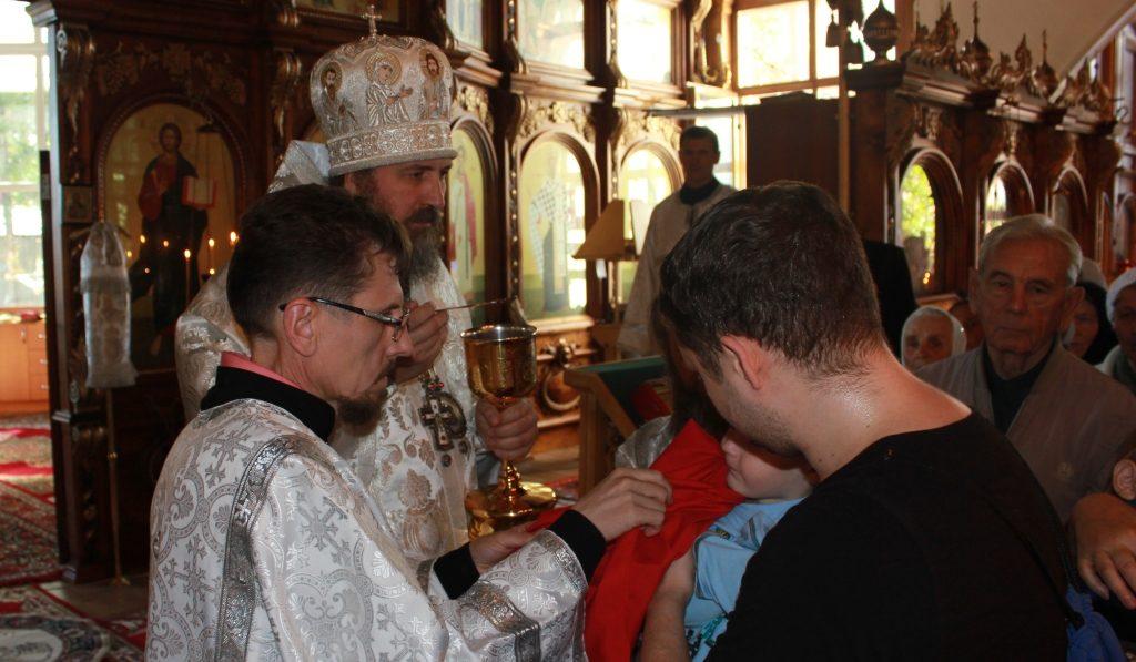 Совершение обряда причащения. Епископ Кокшетауский и Акмолинский Серапион
